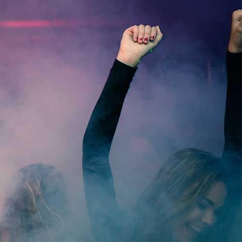 Als Bild für die Nebelmaschine, ist unter der Kategorie Extras eine Frau zu sehen, die im Nebel der Nebelmaschine auf der Tanzfläche tanzt.
