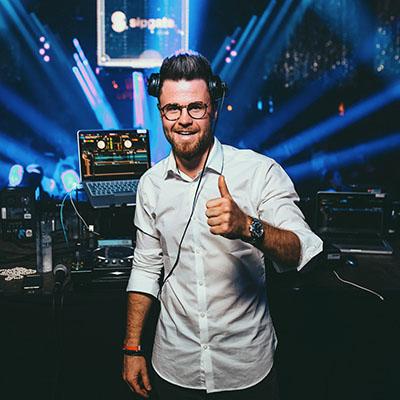Zu sehen ist hier DJ Markus Engels, der Hochzeits-, Event- & Club-DJ der Engels Eventagentur.