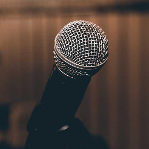 Als Bild für das Funkmikrofon, ist unter der Kategorie Extras eine Funkmikrofon auf einem Stativ zu sehen.