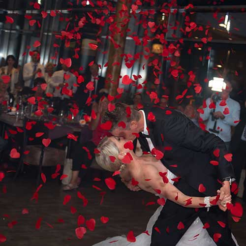 Als Bild für die Konfetti-Kanonen, ist unter der Kategorie Extras ein Hochzeitspaar zu sehen, welches sich im Konfettiregen küsst.