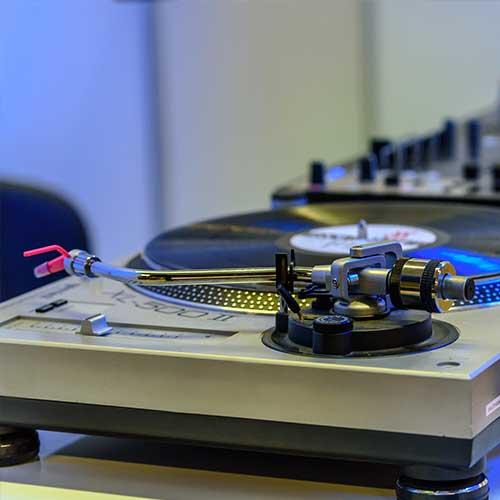 Als Bild für die Vinyl Show, sehen die unter der Kategorie Extras ein DJ-Set, welches aus zwei Plattenspieler sowie einem Mischpult besteht.